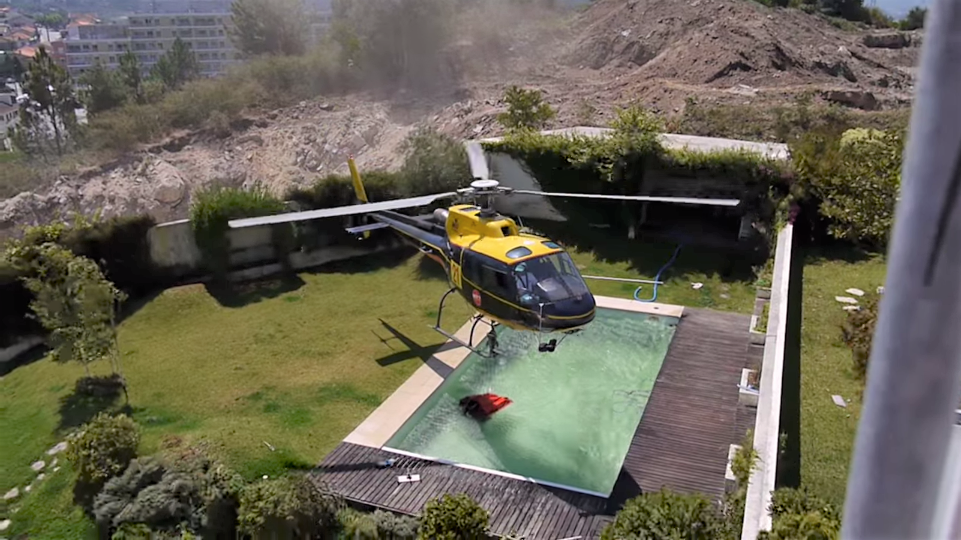 Water Bombing Helicopter Filling At A Swimming Pool Wingsnews